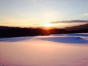 雪原に映える夕日