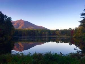 飯綱湖から飯縄山を望む