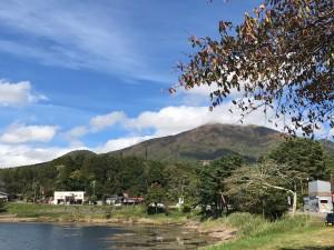 大座法師池から飯縄山を望む